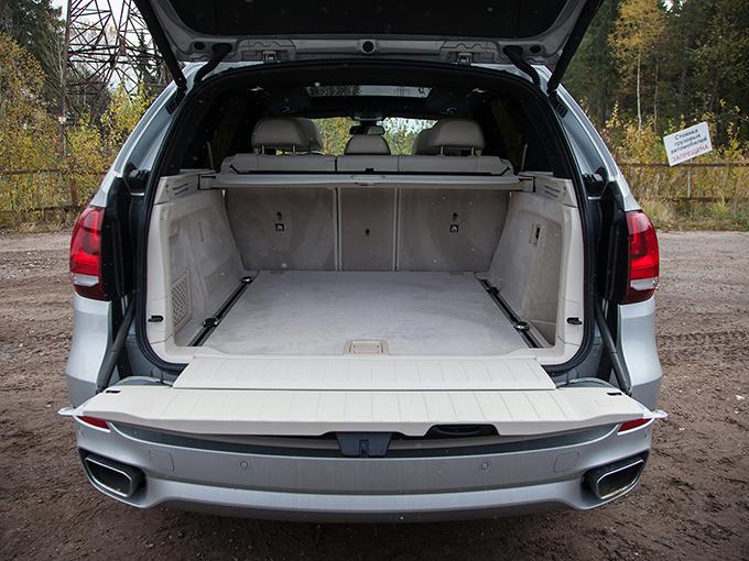 Фальшпол багажника удерживается в поднятом состоянии при помощи газовой пружины.Центральная часть дивана складывается, облегчая перевозку длинномеров