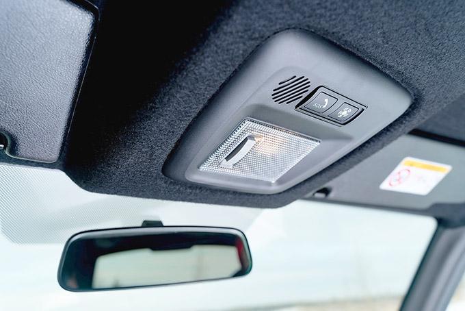 В исполнении off-road внедорожник может похвастать черной обивкой потолка, но непонятно почему, без центрального плафона салонной подсветки