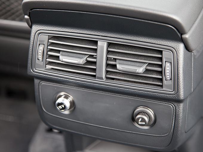 4-зонный климат и подогрев задних сидений доступны за дополнительную плату. Зато пара 12-вольтовых розеток, одна из которых является прикуривателем, есть по умолчанию