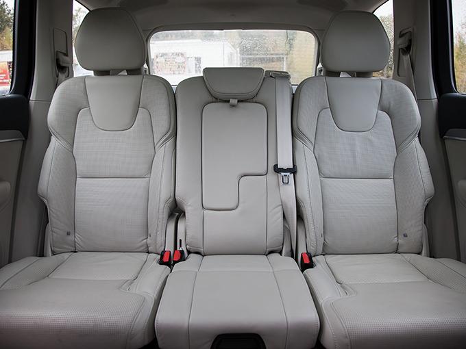 Volvo XC90: По простору на заднем ряду «Вольво» почти не уступает «Ауди». Да и третий ряд здесь отнюдь не для галочки – там могут сесть не только дети