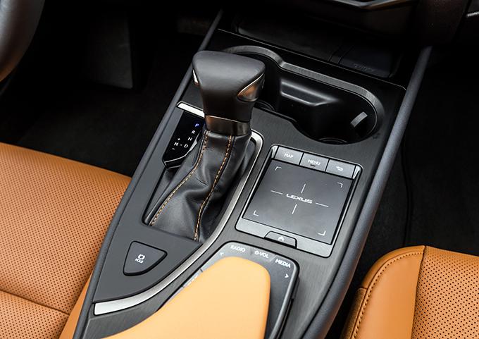 Lexus UX: цены, комплектации, первые впечатления