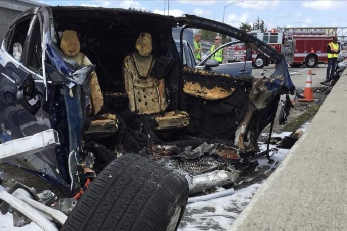 В момент столкновения Model X с отбойником кроссовер управлялся системой автопилота — Tesla