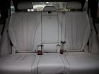 BMW X5: Да, диван у «икс-пятого» самый тесный. Зато BMW порадовал 4-зонным климатом и шторками на окнах. В дверях – вместительные карманы с углублением под бутылки